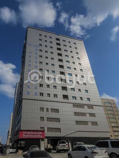 للايجار غرفتين و صالة مساحة كبيرة   على شارع العروبة الرئيسي بمنطقة البوطينة بناية الياسمين