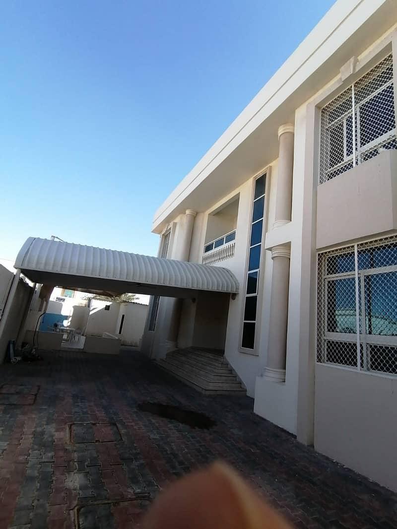 Villa excellent location in Wasit Al Quoz five rooms