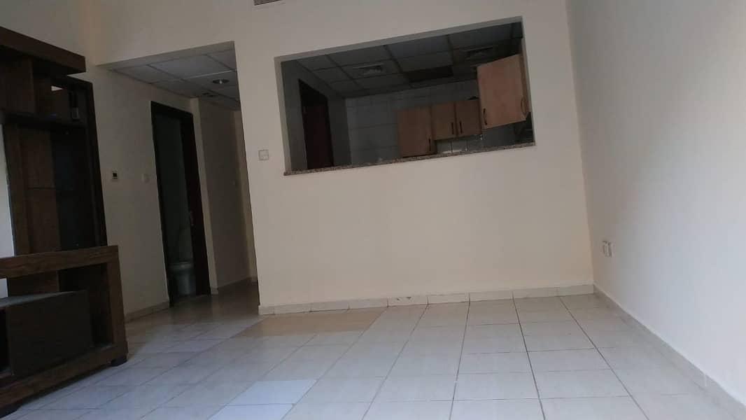 شقة في الحي الإسباني المدينة العالمية 1 غرف 30000 درهم - 4505097