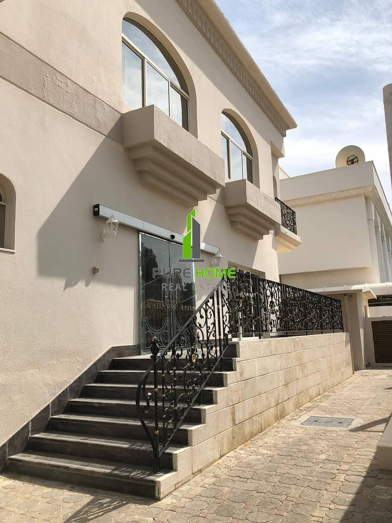 14 Elegant Villa with 5 Master Bedrooms and Balcony