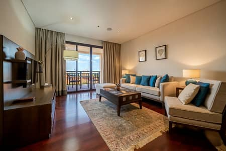 1 Bedroom Flat for Rent in Palm Jumeirah, Dubai - Living room with full sea view