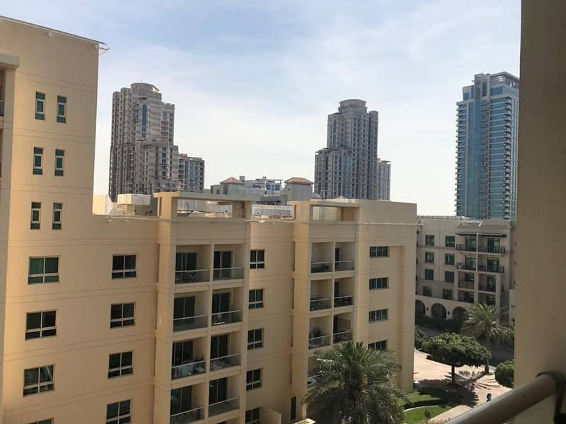 10 Spacious 1-BR Flat in The Greens