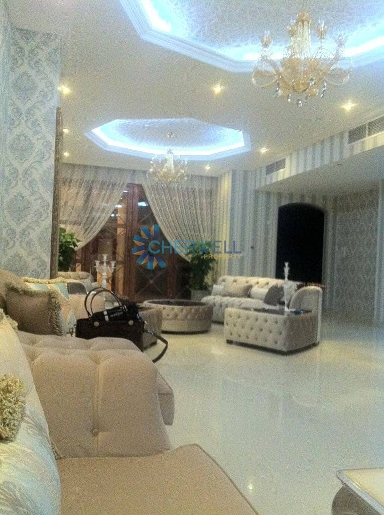 2 Luxurious Decorated And Well Maintained Town House
