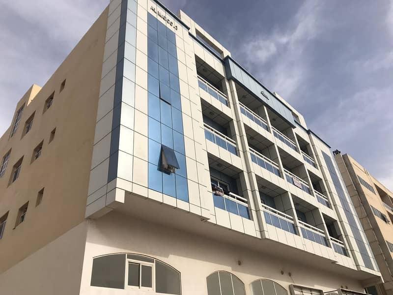 *مبنى سكني في عجمان منطقة الروضة 3 مساحة كبيرة 10000 قدم مربع ع شارع قار،،،، *