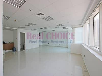 مکتب  للايجار في أبراج بحيرات الجميرا، دبي - Vacant Fitted Office Washroom and Pantry Inside