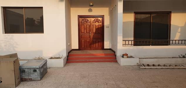 Huge 5 Bedrooms with 2 maids room Villa in Jumeirah 1