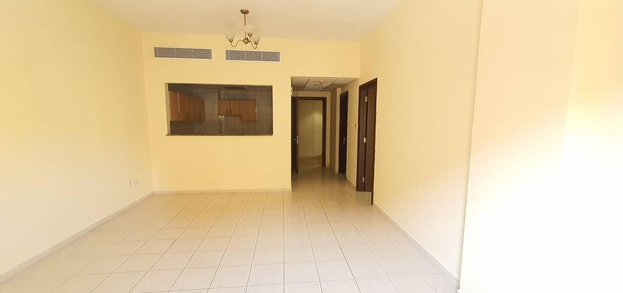 غرفة نوم إسبانيا الدولية غرفة واحدة سرير واحد متاحة للإيجار مع بالكوني فقط 26000 / 4