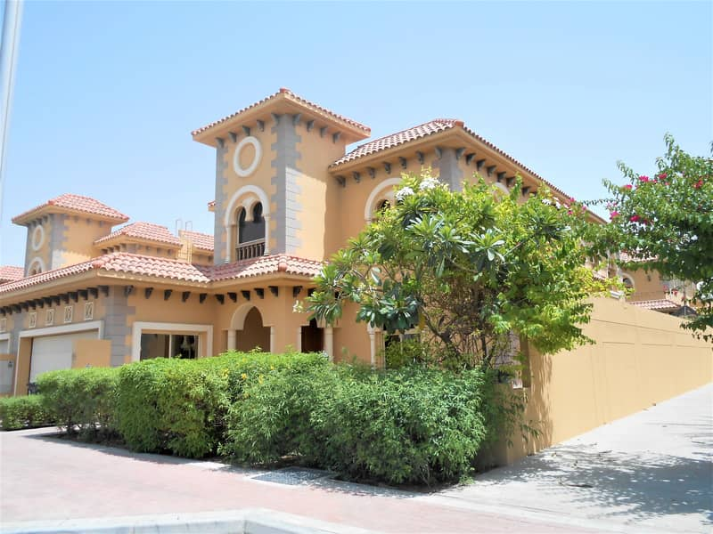 Ideal Location  Lovely villa with large Garden