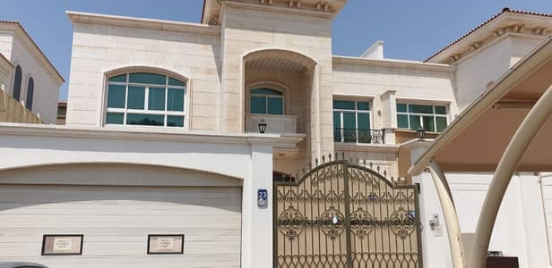 5 Bedroom Villa for Rent in Al Nahyan, Abu Dhabi - Stunning villa with pool and driver in room city