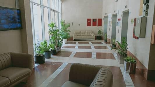 شقة 1 غرفة نوم للايجار في المدينة العالمية، دبي - غرفة نوم كبيرة مع شرفة ضخمة للإيجار في مبرد مجاني ، مرفق كامل ومبنى عائلي