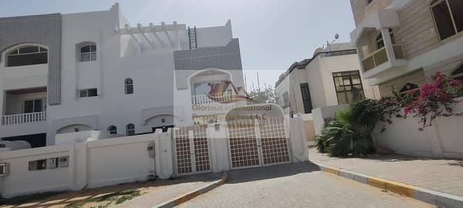 فیلا 4 غرف نوم للايجار في الكرامة، أبوظبي - Fully Renovated! High Quality with Balcony