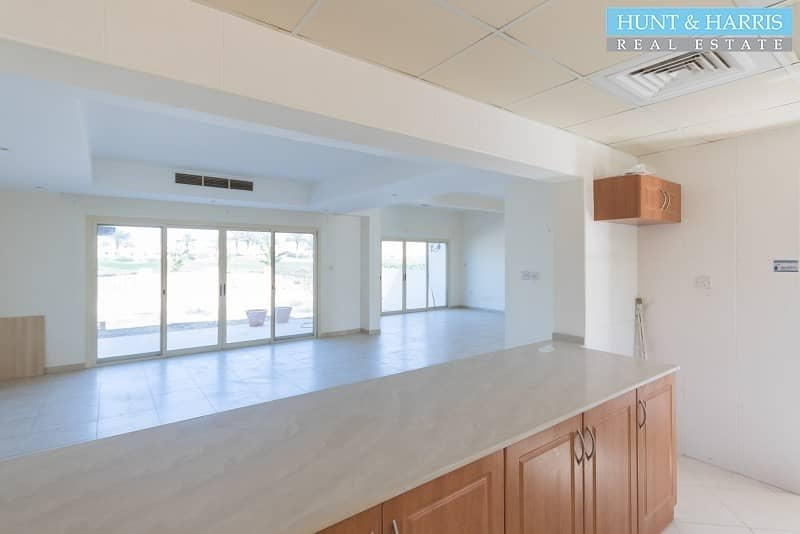 2 Corner unit - Quick Walk to the Beach and the Pool!