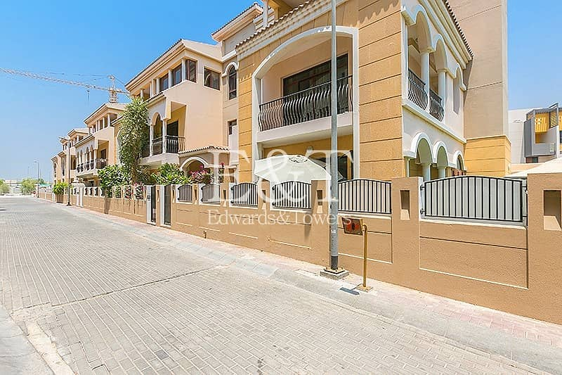 14 4BR  upgraded townhouse with private parking
