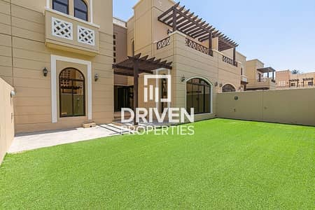 Chic 4 Bedroom Villa, Middle Unit in Naseem