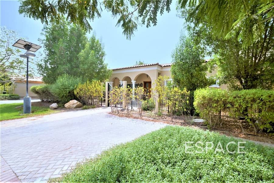 10 Landscaped Garden | Water Feature | Large Corner Plot