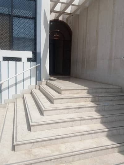 bIG SIZE STUDIO IN MADINAT ZAYED JUST IN 2900 AED PER MONTH INCLUDING ELECTRICITY AND WATER
