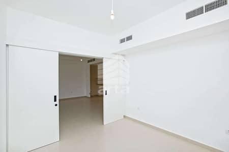 فیلا 3 غرف نوم للايجار في تاون سكوير، دبي - Spacious Living Room | Environment Friendly Community