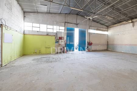 مستودع  للايجار في ديرة، دبي - Well-managed Warehouse with Prime Location