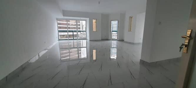 شقة في شارع حمدان 4 غرف 110000 درهم - 4748020