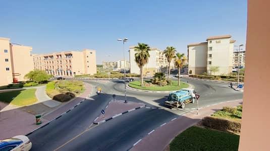 فلیٹ 1 غرفة نوم للايجار في المدينة العالمية، دبي - غرفة نوم واحدة مع شرفة مزدوجة بالقرب من محطة الحافلات للإيجار في مدينة فارس العالمية دبي