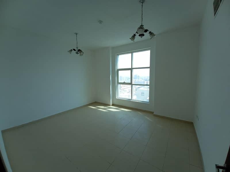 شقة جديدة أنيقة 2 Bhk للإيجار (مفتوحة) مع تكييف مجاني في برج المدينة - عجمان فقط 28000