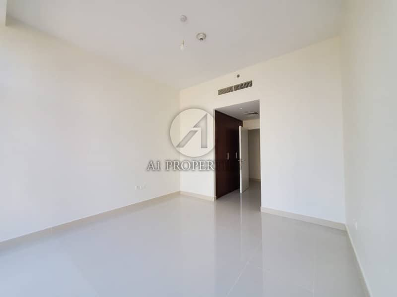 Spacious and Bright 2BR in Blvd Crescent