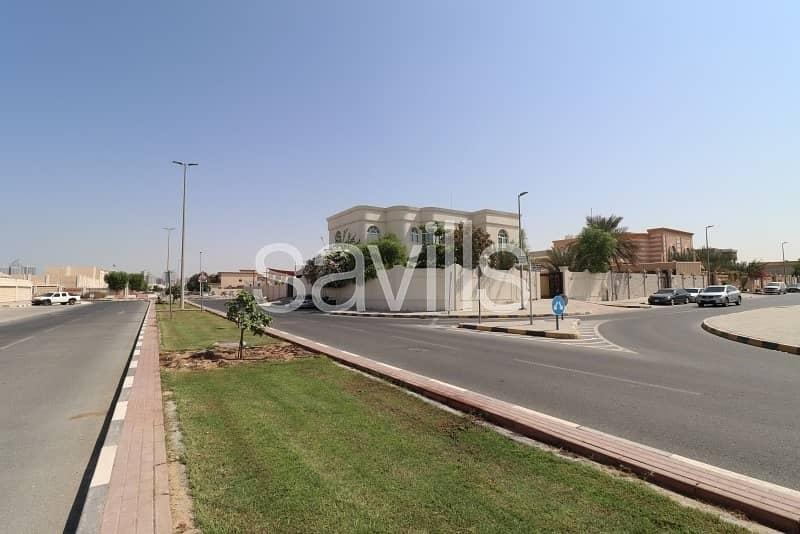 Spacious 6BR corner villa in Azra