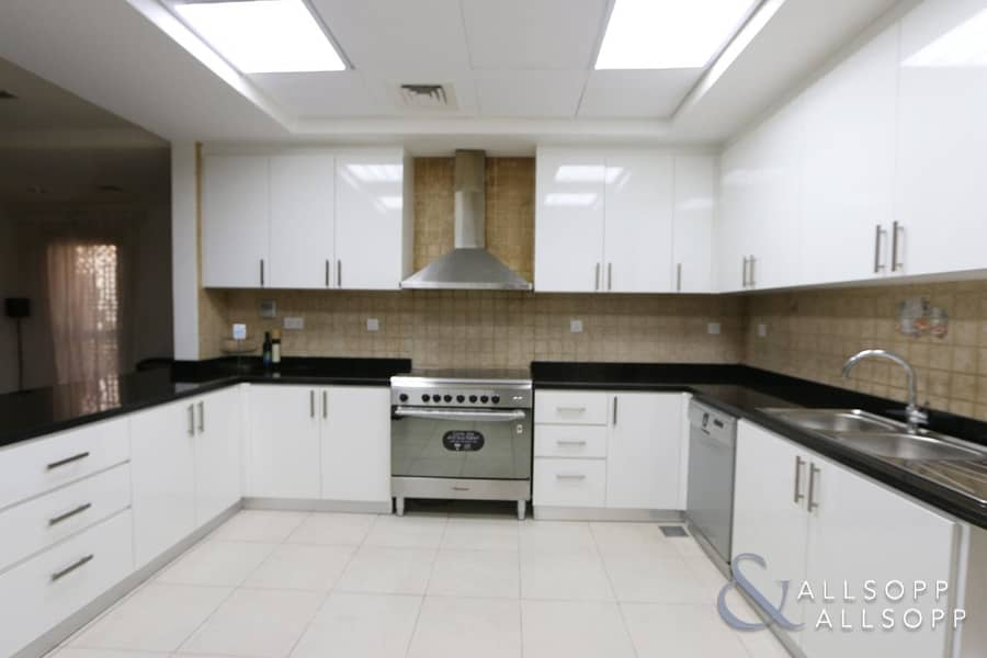 2 4 Bed | Fully Furnished | Upgraded Kitchen
