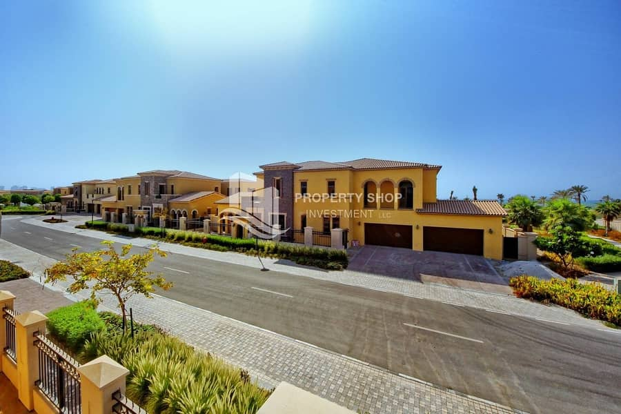 Immaculate  Executive Arabian Villa with 3 Garage Parking Spaces!