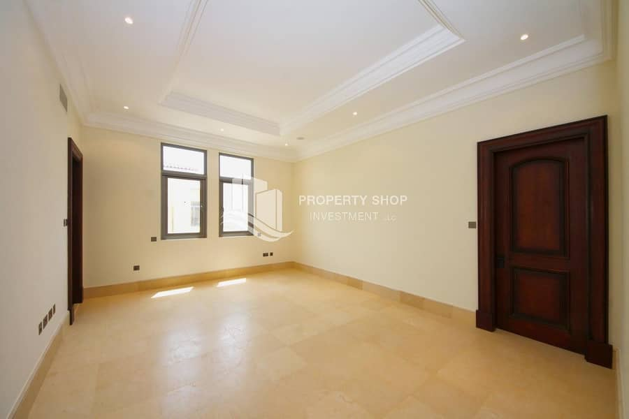 2 Immaculate  Executive Arabian Villa with 3 Garage Parking Spaces!