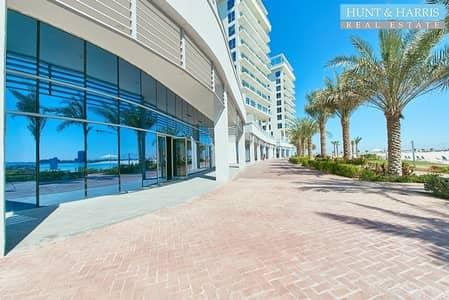 محل تجاري  للايجار في جزيرة المرجان، رأس الخيمة - Prime Location - Ideal for a Salon - Sea View