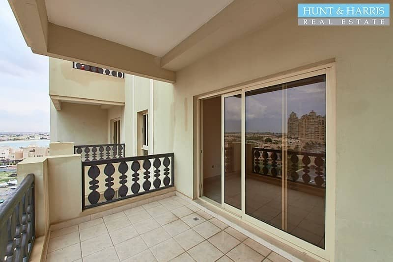 Large One Bedroom - Closed Kitchen - Walk to the Beach!