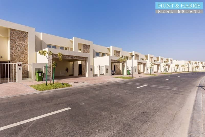 16 Bermuda 2 Bed - Sea Side Living - Spacious Bright Townhouse