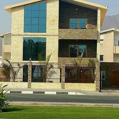 Villa for Sale in Khor Fakkan, Sharjah - Villa for sale on the Corniche  in  Khorfakkan Sharjah direct