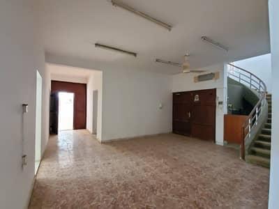 فیلا 6 غرف نوم للبيع في الغافیة، الشارقة - للبيع بيت بالشارقة الغافيةعلي الشارع العام موقع مميز