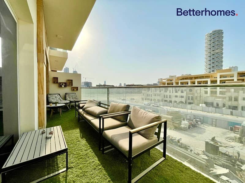 Luxurious Apartment Large Balcony Well Maintained 