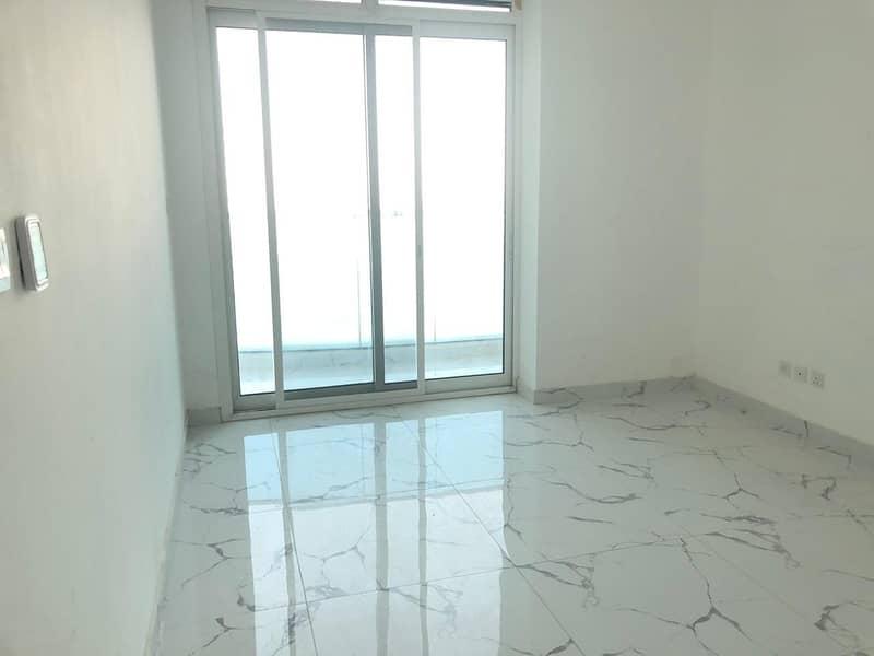 !!! مطلة على البحر من غرفة نوم وصالة ومطبخ مع شرفة للإيجار في برج الواحة (28 ك)