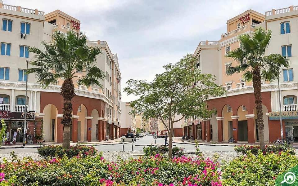 شقة في الحي البريطاني المدينة العالمية 1 غرف 299000 درهم - 4933351